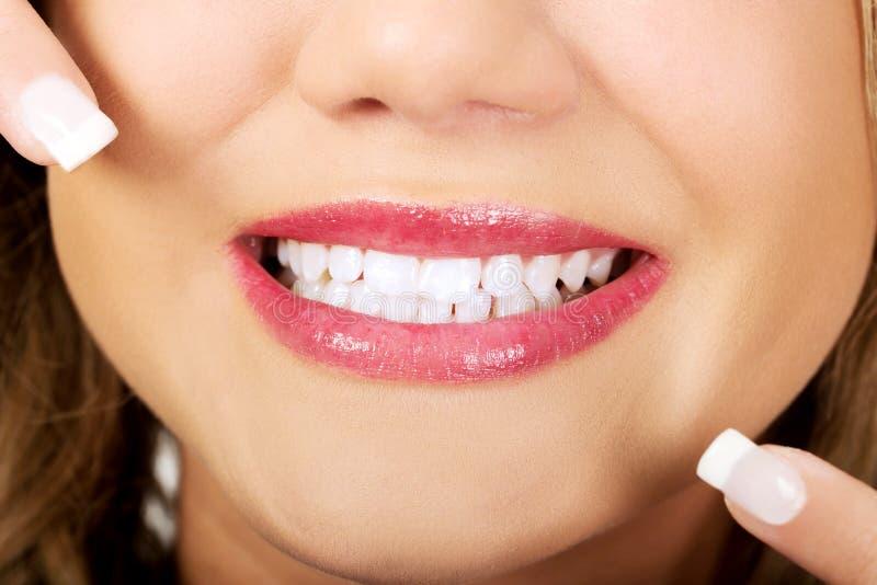 显示她完善的牙的少妇 免版税库存图片