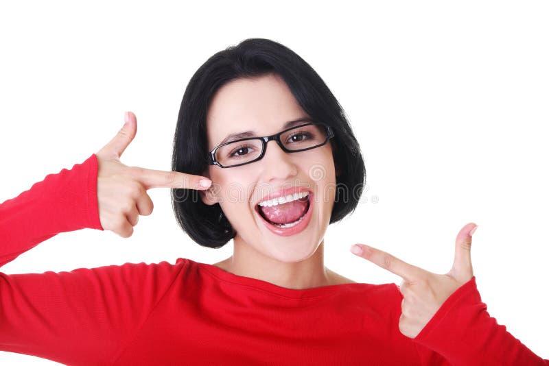 显示她理想的平直的空白牙的妇女。 库存照片