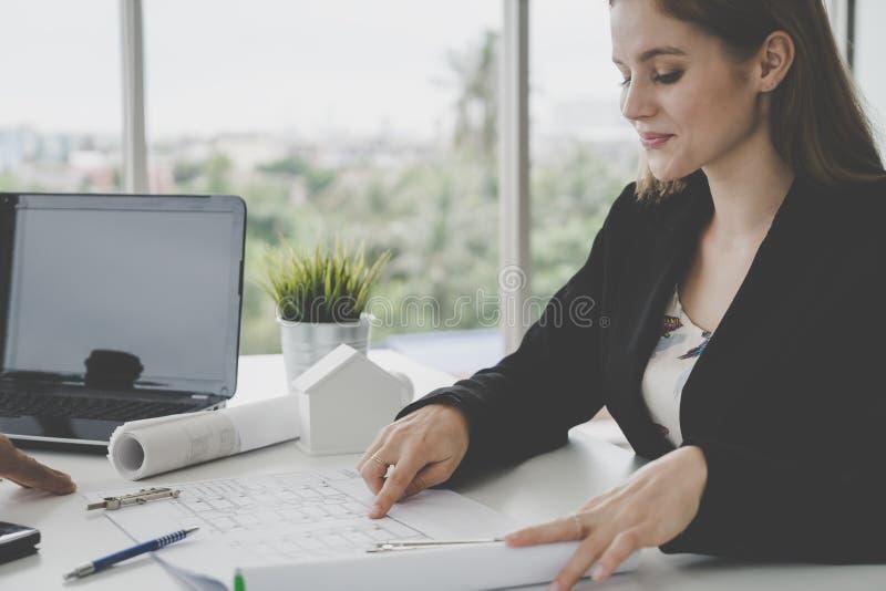 显示她的上司房地产的女性建筑师修造pl 库存图片