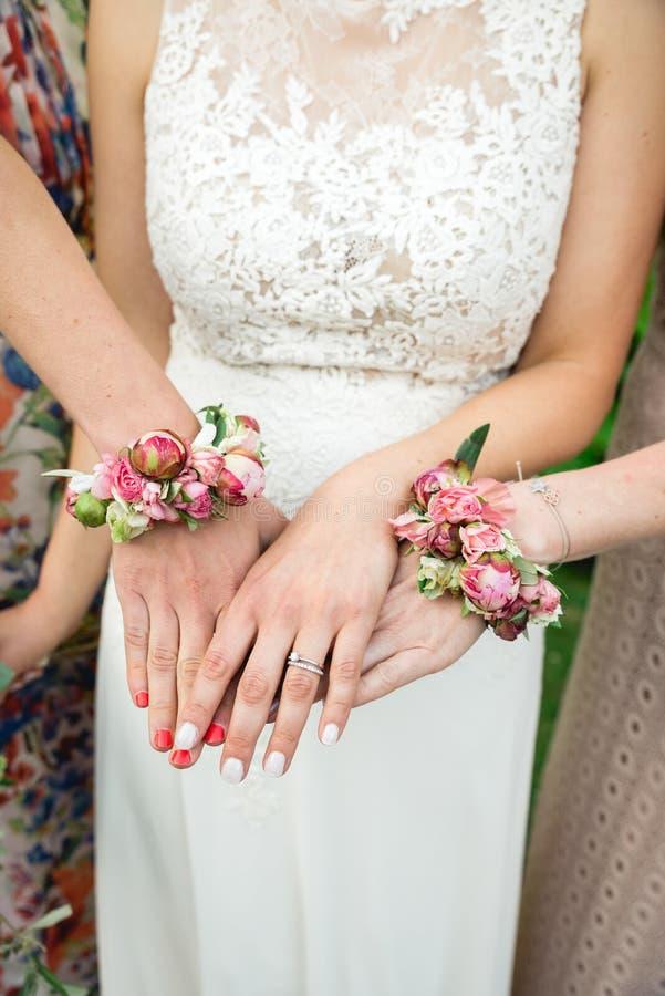 显示她的手的新娘和她的bridemaids 库存图片