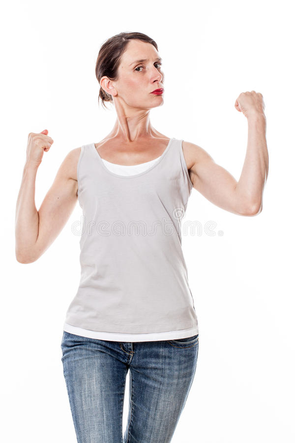 显示她的肌肉和力量充满自豪感的美丽的少妇 库存照片