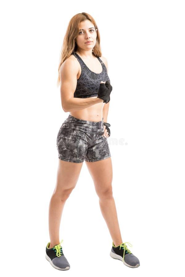 显示她的肌肉的运动妇女 免版税库存照片