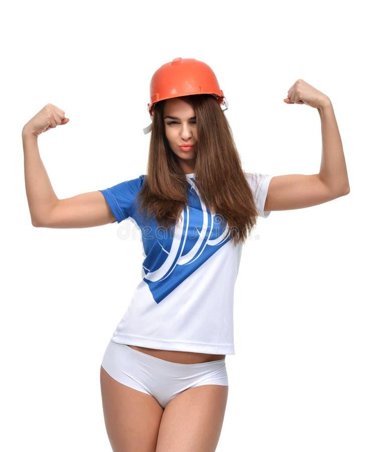 显示她肌肉发达的年轻坚强的美丽的妇女 免版税库存照片