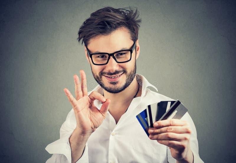 显示好姿态和信用卡的微笑的人 库存照片