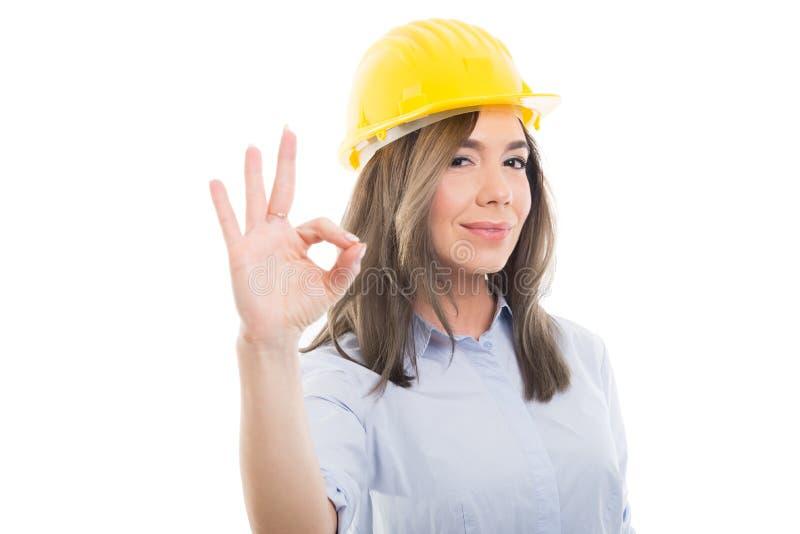 显示好姿态的女性建设者画象 免版税图库摄影