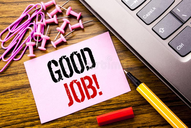 显示好工作的手写的文本 在木backg的桃红色稠粘的便条纸写的成功欣赏的企业概念 图库摄影