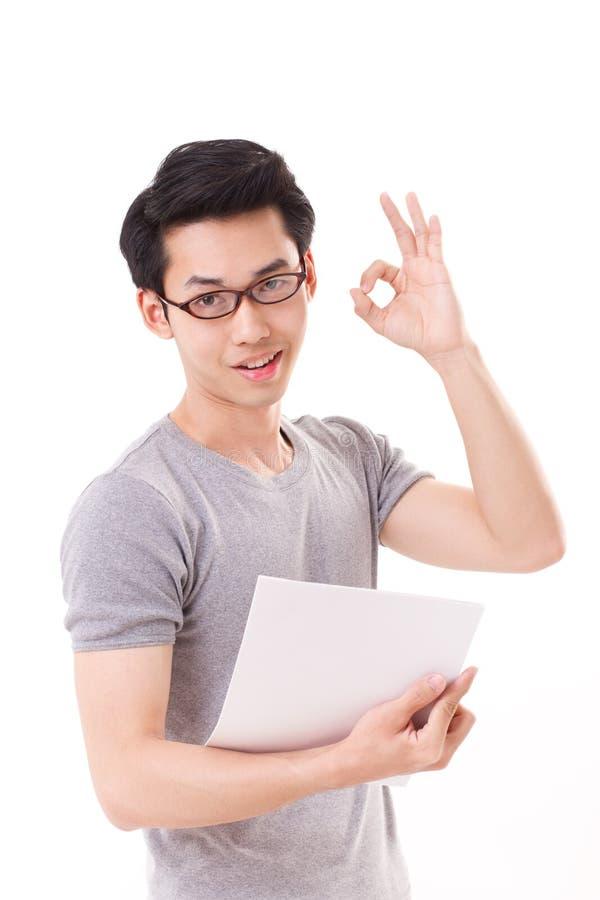 显示好手标志的聪明,愉快,微笑的书呆子或怪杰人 库存照片