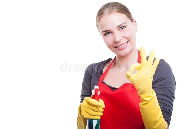 显示好标志的快乐的管家女性 库存照片
