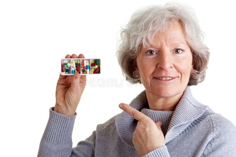 显示妇女的分配器老药片 免版税库存照片