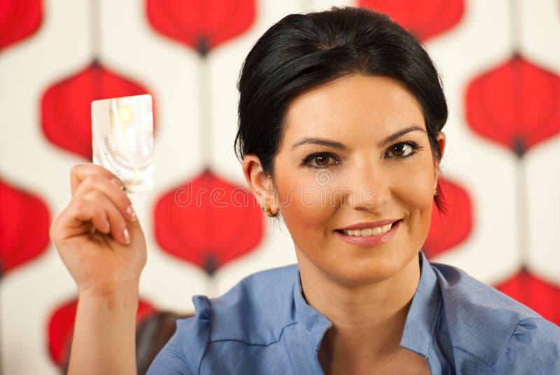 显示妇女的名片赊帐 免版税库存照片