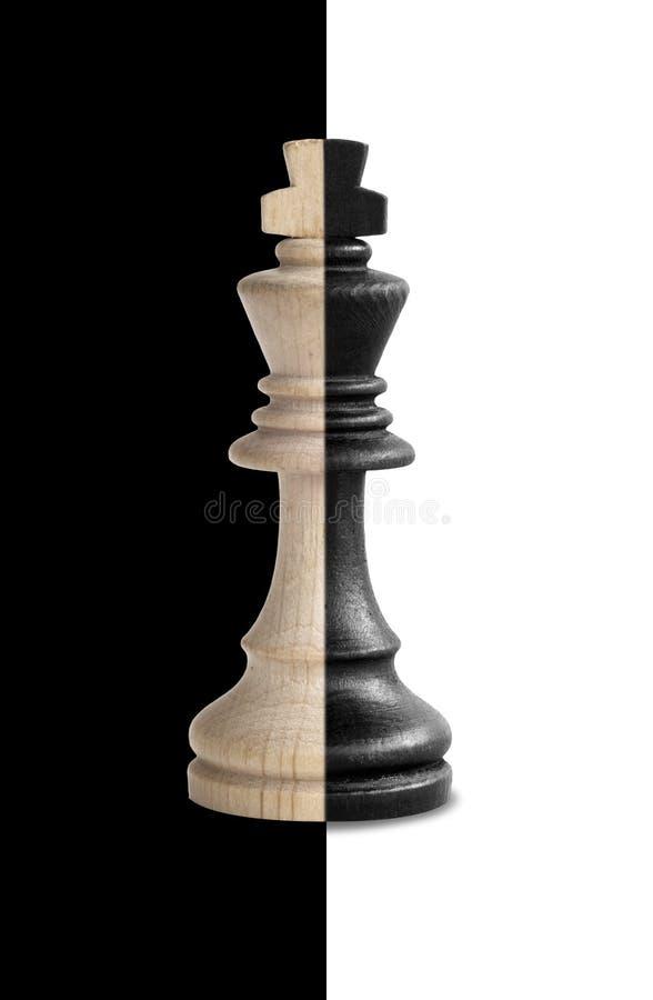 显示它的双重性的棋国王在黑白背景 免版税库存照片