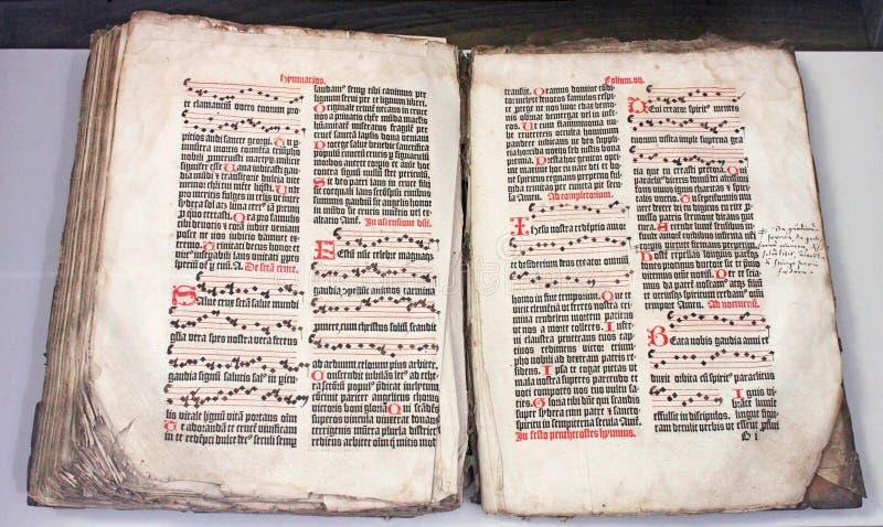 显示它的年龄的一本非常旧书,在哥特式剧本 免版税图库摄影