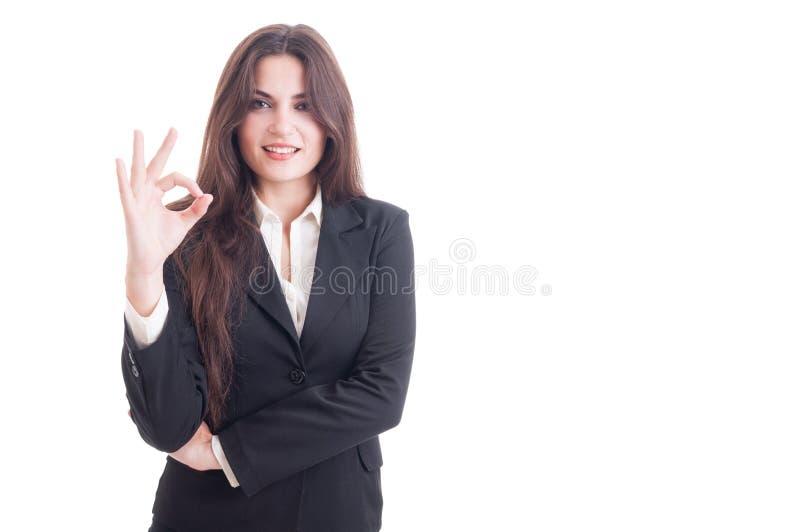 显示完善或优秀gestu的年轻和性感的女商人 免版税库存照片