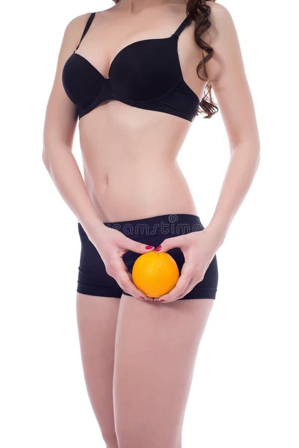 显示完善的皮肤的亭亭玉立的妇女,不用脂肪团 免版税库存图片