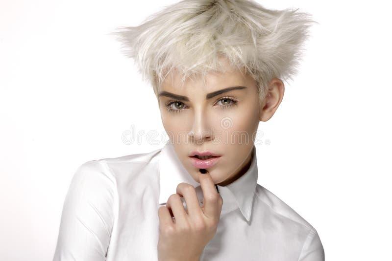 显示完善的皮肤的秀丽式样白肤金发的短发 免版税库存图片