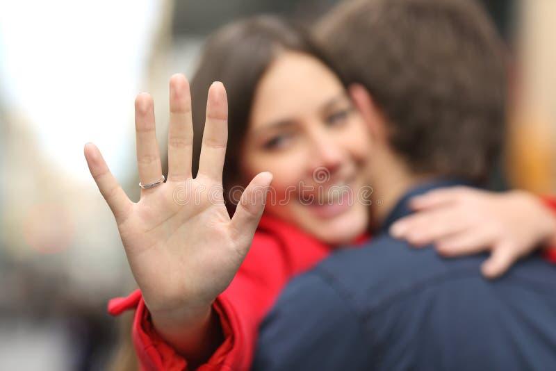 显示定婚戒指的愉快的妇女在提案以后 库存照片