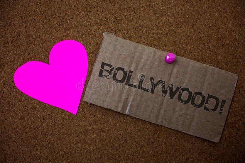 显示宝莱坞诱导电话的文本标志 概念性照片好莱坞影片娱乐戏院老损坏的纸板我 免版税库存图片