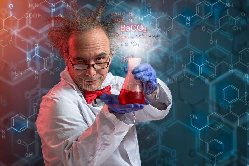 显示实验的他的产品疯狂的化学 免版税图库摄影