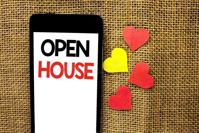 显示家庭招待会的文本标志 概念性在纸板写的照片家物产住宅内部外部大厦公寓 库存图片