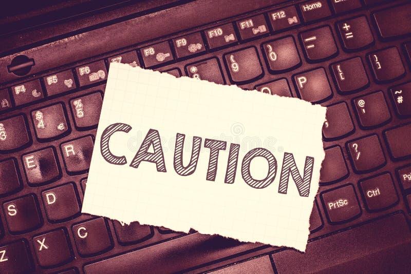 显示小心的概念性手文字 企业照片文本保重避免危险或差错警报信号预防 库存照片