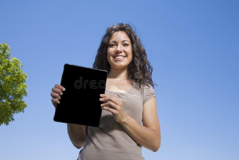 显示屏幕片剂的妇女 免版税库存图片