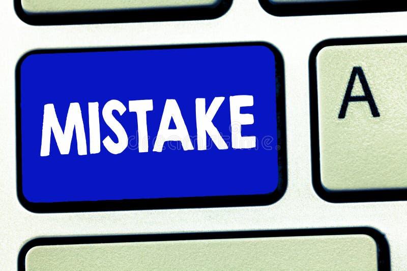 显示差错的文字笔记 陈列某事的企业照片不正确缺乏准确性错误不正确失败 免版税库存图片