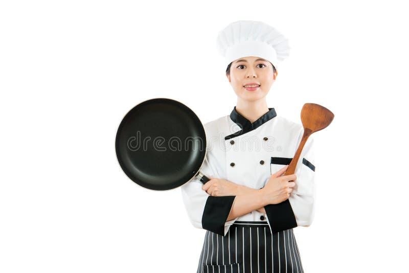 显示平底锅和木小铲的专业厨师 免版税库存照片