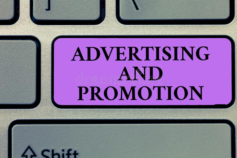 显示广告和促进的文字笔记 陈列在媒介的企业照片受控制和被支付的销售的活动 免版税库存照片