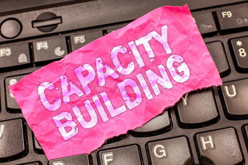 显示建筑物容纳力的文字笔记 企业照片陈列加强个体劳工的能力 免版税库存照片
