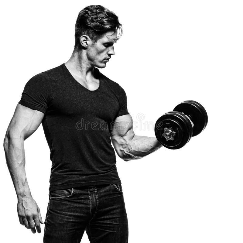 显示强健的身体的坚强的运动人 免版税库存照片