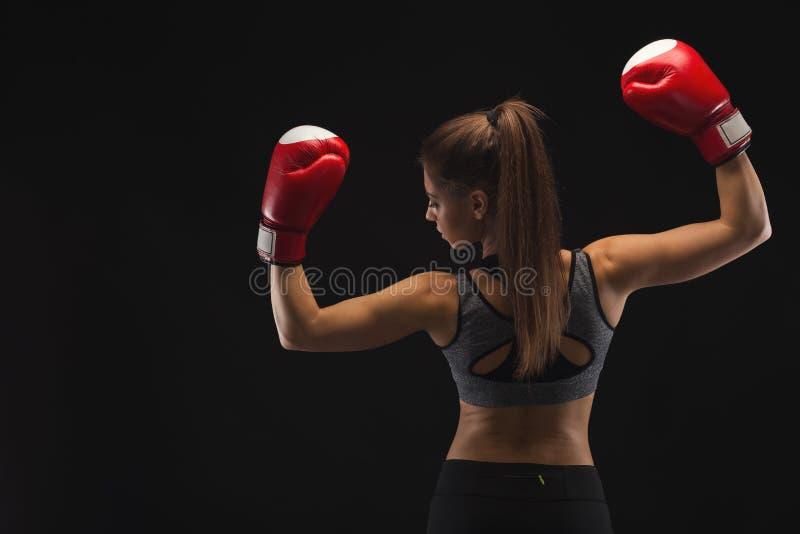 显示强健的身体的拳击手套的运动妇女 免版税图库摄影