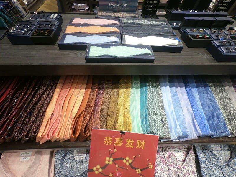 显示待售五颜六色的人领带 领带五颜六色的树荫的汇集在商店的 免版税库存图片
