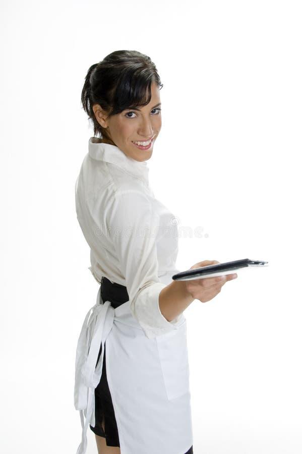 显示微笑的女服务员的支票簿 免版税库存图片