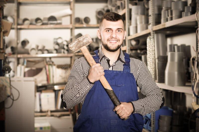 显示微笑的男性的建造者修建仪器 图库摄影