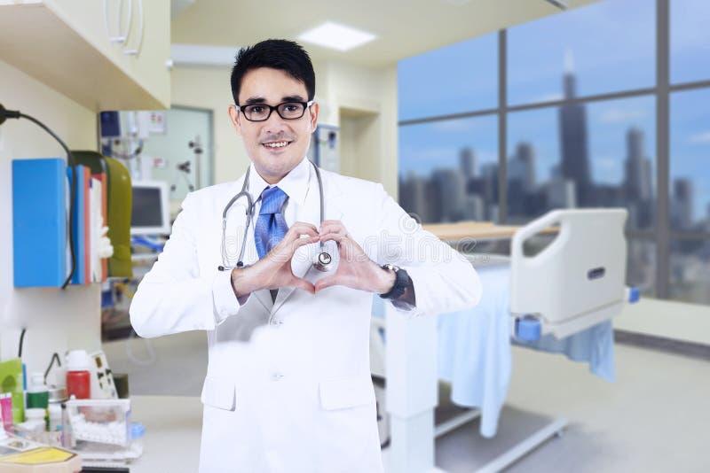 显示心脏形状的医生 库存图片