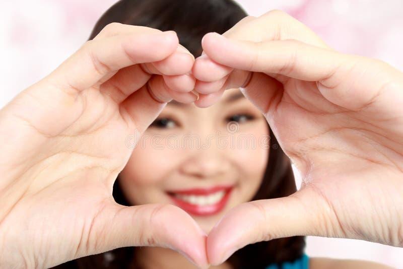 显示心脏标志的爱的妇女 免版税库存图片
