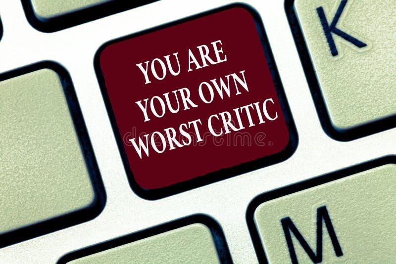 显示您的文本标志是您自己的最坏的评论家 概念性照片太艰苦在自已不对正面反馈 库存图片