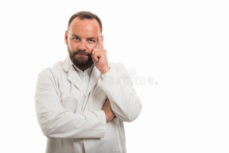 显示想法的姿态的男性医生画象 库存照片
