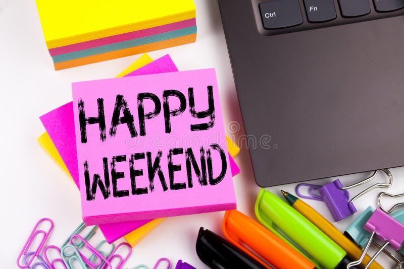 显示愉快的周末的文字文本做在有周围的办公室例如膝上型计算机,标志,笔 企业概念为假日 免版税库存图片