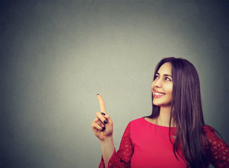 显示愉快的妇女打手势与手指和  图库摄影