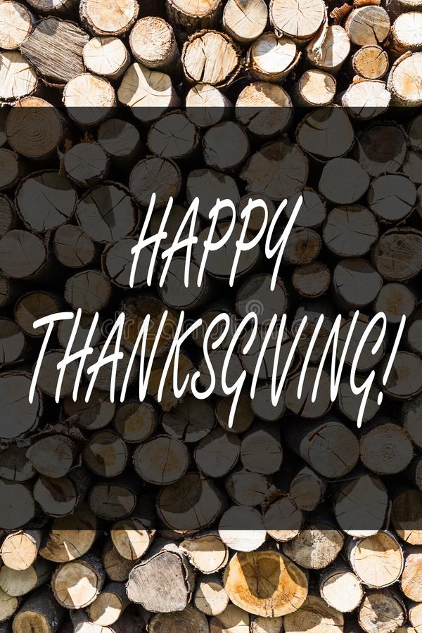 显示愉快的感恩的文字笔记 企业照片陈列的祝贺词组假日木背景 免版税库存照片