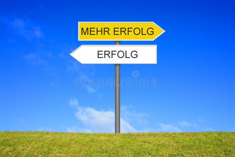 显示成功和更多成功德语的路标 库存照片