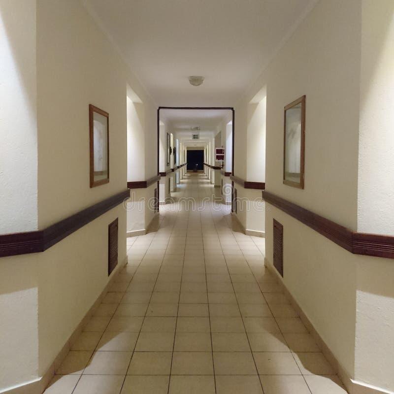显示房间的走廊在大厦 免版税库存照片