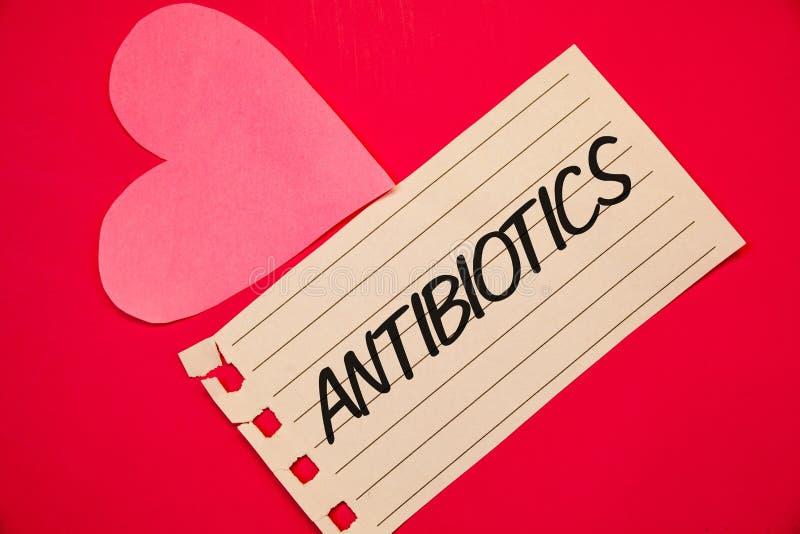 显示抗生素的文本标志 概念性照片在细菌infectionsNotebook页红色ba的治疗和预防服麻醉剂使用 免版税图库摄影