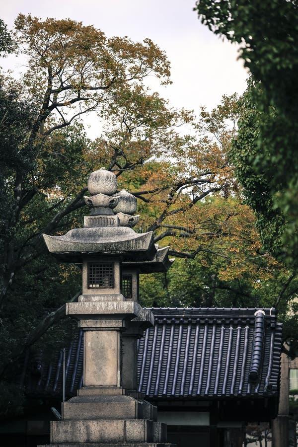 显示抽象linesOld传统日本东方建筑学的铁路轨道多重曝光向灯扔石头轻lant 图库摄影