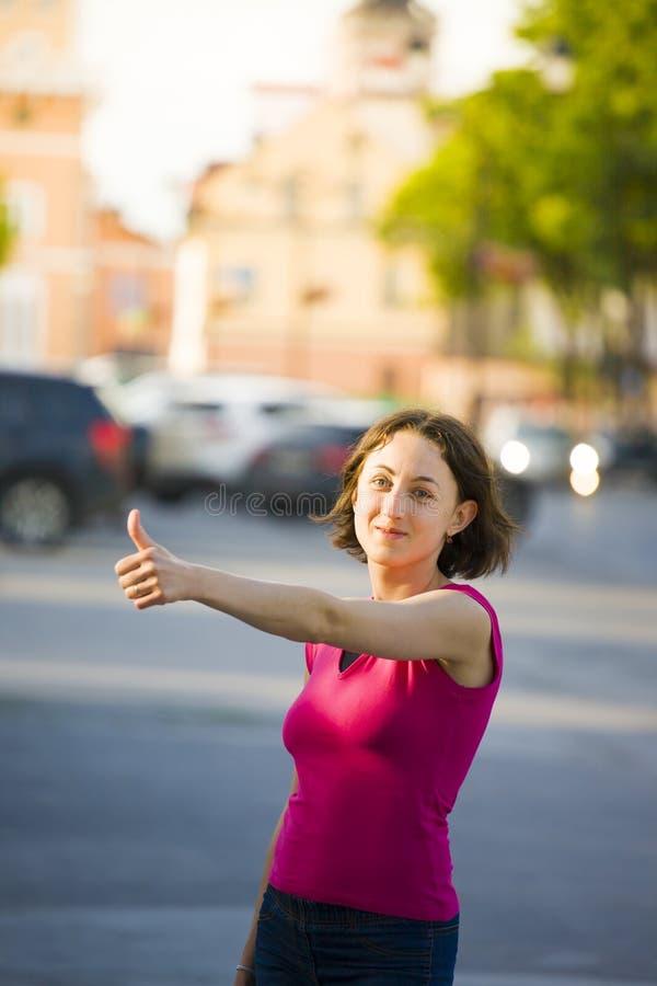 显示拇指的女孩 免版税图库摄影