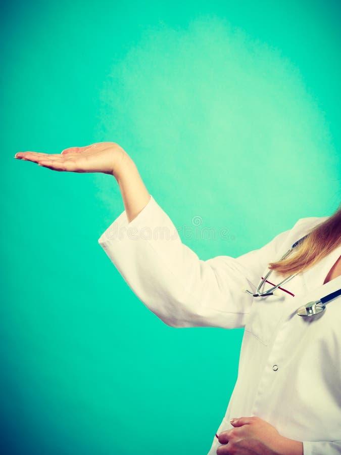 显示拷贝空间的年轻女性专业医生 图库摄影
