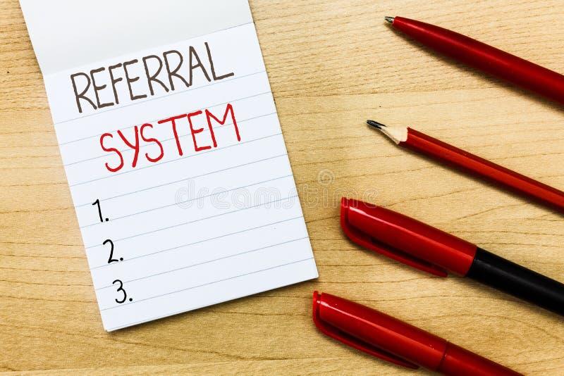 显示推举系统的概念性手文字 企业照片文本送拥有患者给治疗的另一位医师 免版税库存照片