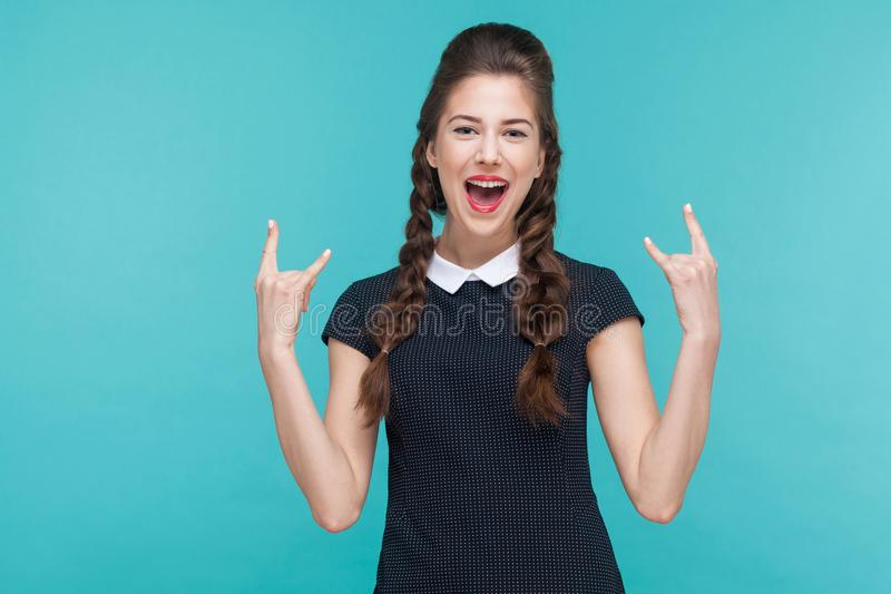 显示摇滚乐标志的幸福少妇 库存照片
