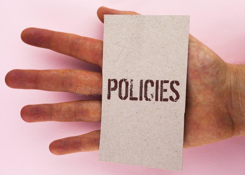 显示政策的文本标志 概念性照片商业公司或政府统治在纸板片断写的章程标准 免版税库存照片